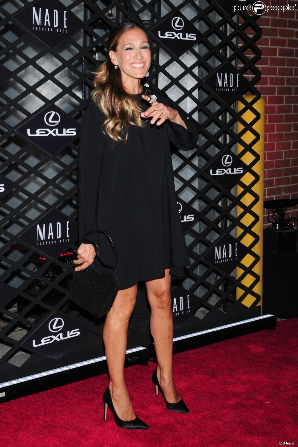 Sarah Jessica Parker, souriante et tout de noir vêtue avec une robe Giles et des souliers Gianvito Rossi, assiste à la soirée Lexus Design Disrupted au SIR Stage 37. New York, le 5 septembre 2013.