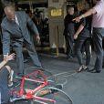 Un paparazzi à vélo est entré en collision avec Nicole Kidman, provoquant la chute de la star et la blessant à la cheville. New York, le 12 septembre 2013.