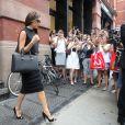 Victoria Beckham, attendue par une foule de fans et photographes devant la boutique J. Crew. New York, le 12 septembre 2013.