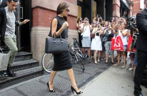 Victoria Beckham : Shopping et bain de foule, son mari David joue le James Bond