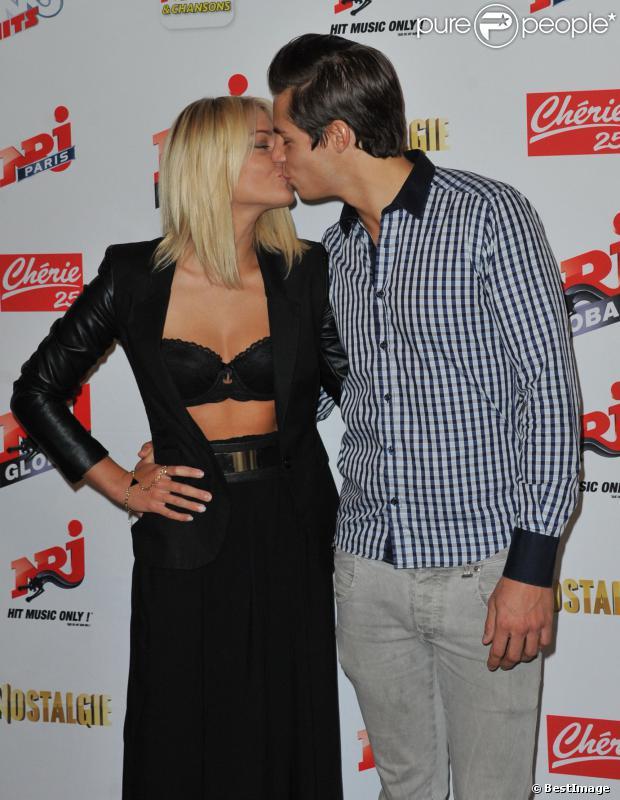Caroline Receveur embrasse Valentin lors de la conférence de rentrée du groupe NRJ au Musée du Quai Branly le 17 septembre 2013