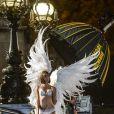 Le top Karlie Kloss sur le shooting des anges de Victoria's Secret, place de la Concorde et sur le pont Alexandre III à Paris, le 18 septembre 2013.