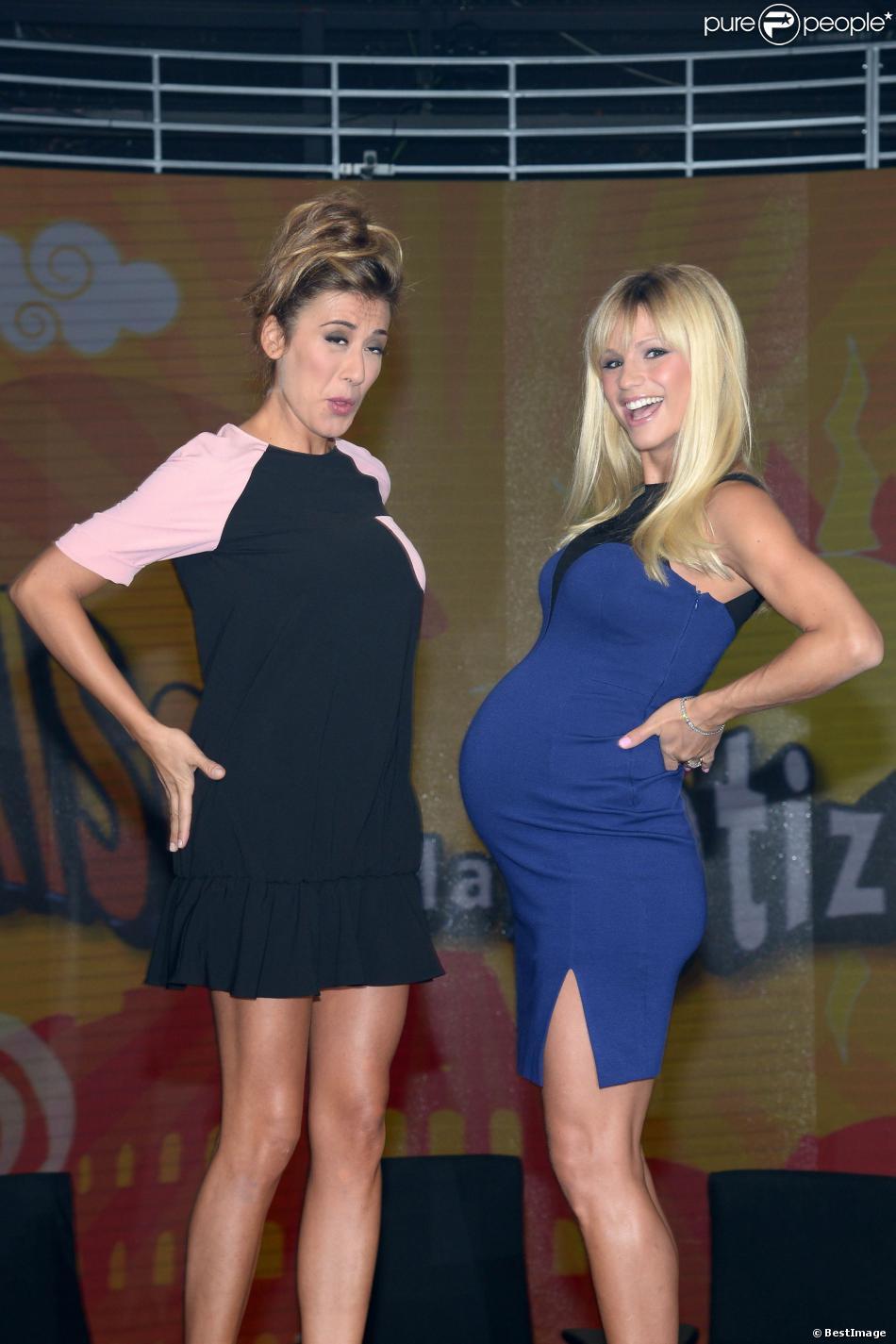 """Michelle Hunziker et Virginia Raffaele sur le plateau de l'émission """"Striscia La Notizia"""" à Milan, le 20 septembre 2013."""