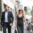Michelle Hunziker, enceinte, et Tomaso Trussardi en plein shopping à Milan, le 18 avril 2013.