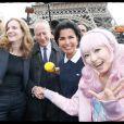 Rachida Dati et Nathalie Kosciusko-Morizet prennent la pose avec la star japonaise Kimura U lors d'une sortie dans le VIIe arrondissement de Paris au pied de la Tour Eiffel dans le cadre de la campagne électorale pour la mairie de Paris, le 19 septembre 2013