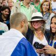 Tony Parker auprès de sa fiancée Axelle et sa maman Pamela après la finale de l'Eurobasket remportée par la France face à la Lituanie (80-66), à Ljubjana, le 22 septembre 2013