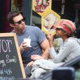Hugh Jackman et son fils Oscar complices déjeunent à West Village, New York, le 21 septembre 2013.
