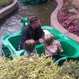 Brad Pitt est allé avec ses enfants, les jumeaux Vivienne et Knox, au parc de Legoland à Windsor en Angleterre le 29 septembre 2013. Un moment de bonheur pour les petits !