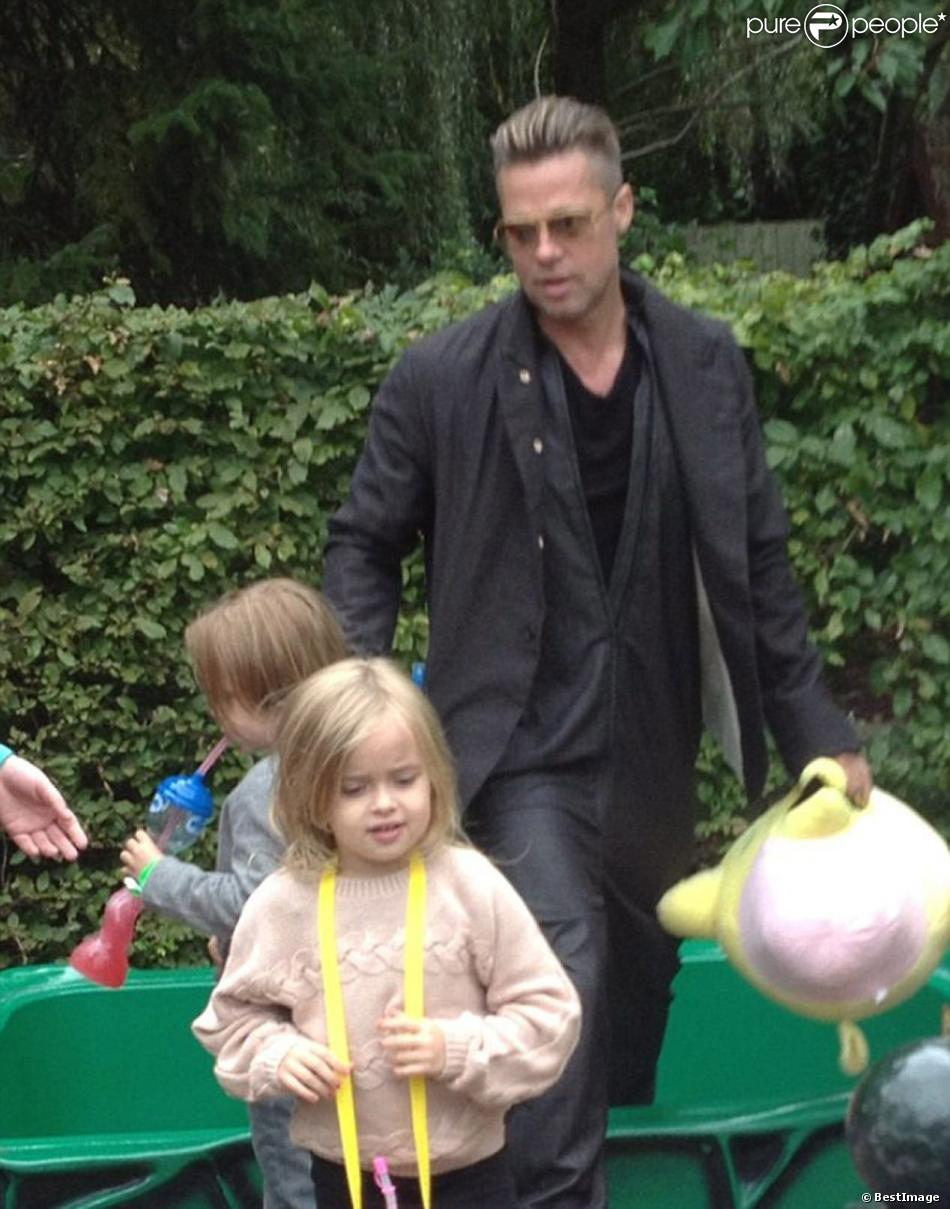 Brad Pitt est allé avec deux de ses six enfants, les jumeaux Vivienne et Knox, au parc de Legoland à Windsor en Angleterre le 29 septembre 2013