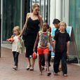 Angelina Jolie avec ses filles Shiloh, Vivienne et Zahara et son fils Pax à Sydney le 6 septembre 2013