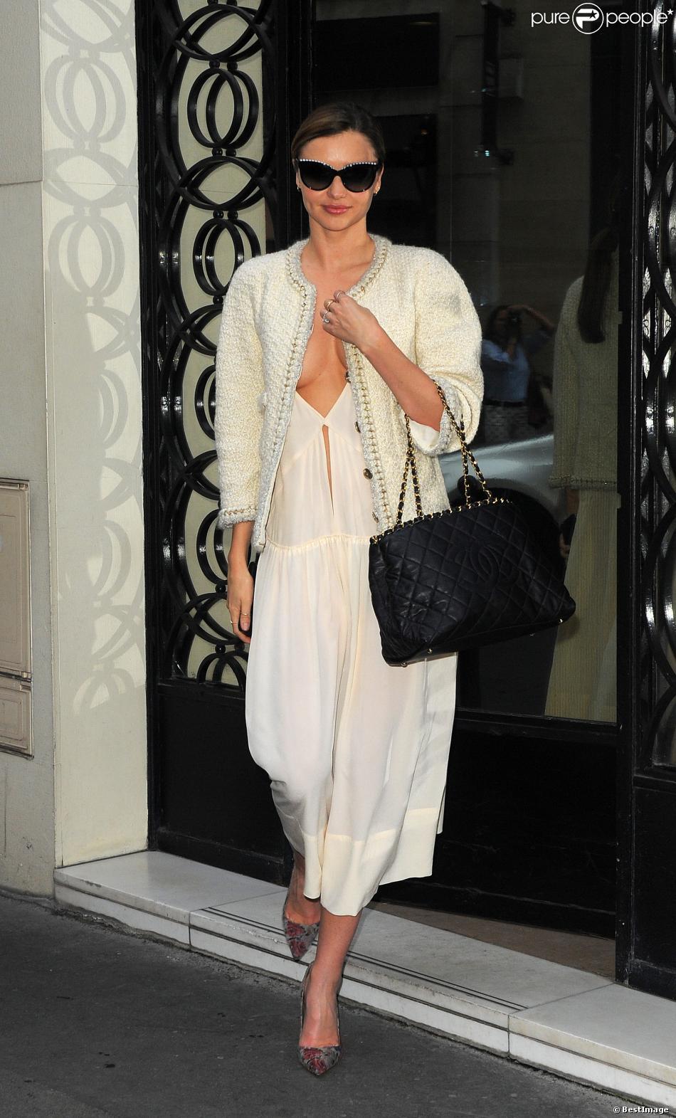 En vue du défilé qui avait lieu ce mardi 1er octobre, Miranda Kerr s'est rendue à la boutique Chanel située au 31 rue Cambon, dans le 1er arrondissement de Paris. Le 30 septembre 2013.
