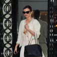Miranda Kerr quitte la boutique Chanel située au 31 rue Cambon, dans le 1er arrondissement de Paris. Le 30 septembre 2013.