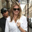 Kate Upton se rend dans la boutique Chanel située 31 rue Cambon. Paris, le 30 septembre 2013.