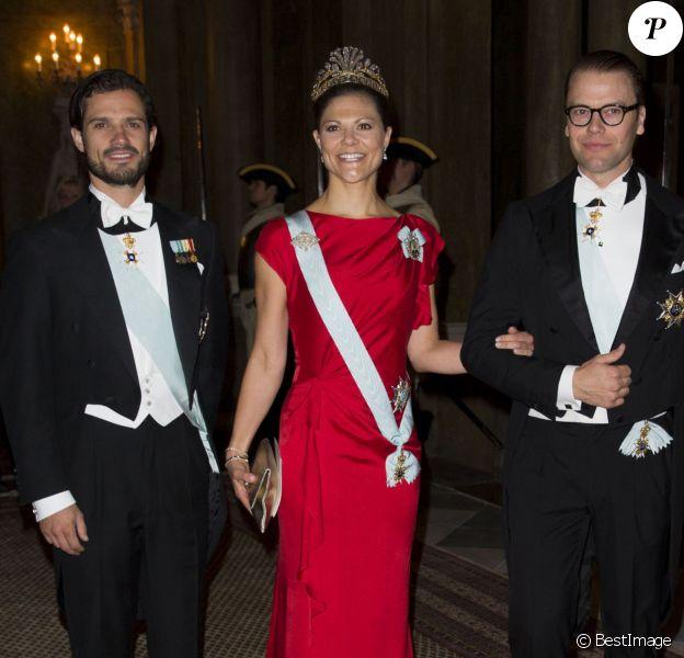 La princesse Victoria entourée des princes Carl Philip et Daniel. Le roi Carl XVI Gustaf de Suède et la reine Silvia, entourés de la princesse Victoria, du prince Carl Philip et du prince Daniel, donnaient le 1er octobre 2013 à Stockholm un dîner de gala en l'honneur du président du Portugal Anibal Cavaco Silva et son épouse Maria, en visite officielle de trois jours.