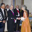 Le roi Carl XVI Gustaf de Suède et la reine Silvia, entourés de la princesse Victoria, du prince Carl Philip et du prince Daniel, donnaient le 1er octobre 2013 à Stockholm un dîner de gala en l'honneur du président du Portugal Anibal Cavaco Silva et son épouse Maria, en visite officielle de trois jours.