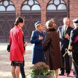 La princesse Victoria de Suède, en manteau rouge sur une jolie robe à fleurs, et son mari le prince Daniel ont accueilli le 1er octobre 2013 à l'aéroport Arlanda de Stockholm le président du Portugal Anibal Cavaco Silva et son épouse, et les ont menés au palais royal où le roi Carl XVI Gustaf de Suède, la reine Silvia et le prince Carl Philip les attendaient pour la cérémonie de bienvenue à l'occasion de leur visite de trois jours.