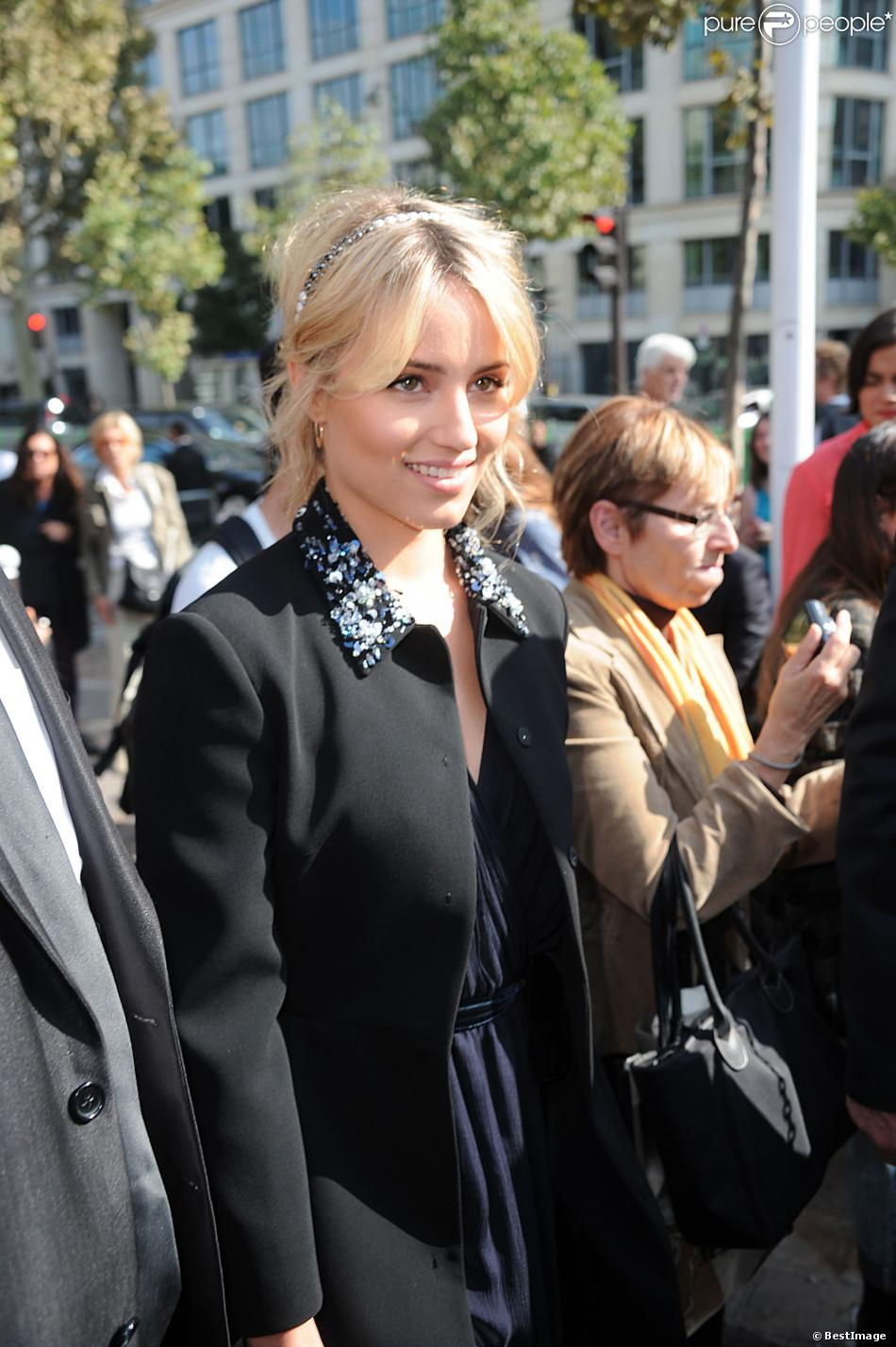 Dianna Agron arrive au Conseil Économique Social et Environnemental pour assister au défilé Miu Miu. Paris, le 2 octobre 2013.