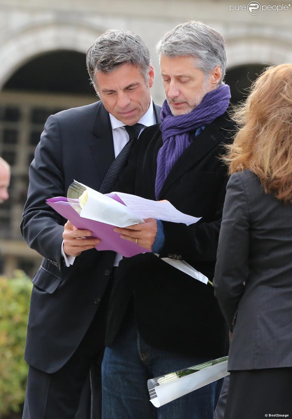 Bruno Gaccio et Antoine de Caunes lors des obsèques de Gilles Verlant au cimetière du Père-Lachaise, le 4 octobre 2013 à Paris