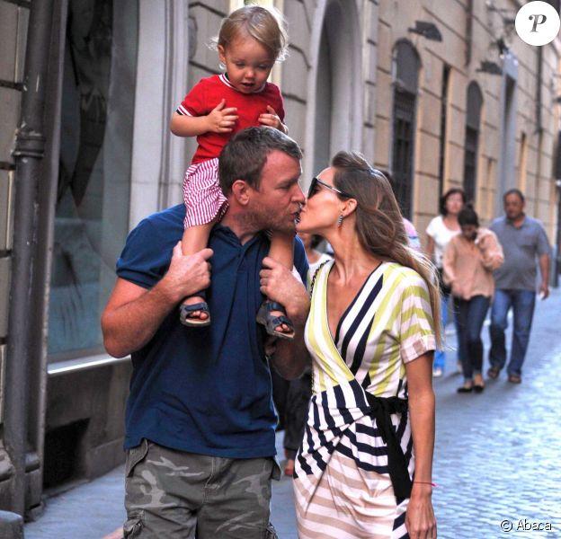 Guy Ritchie avec sa fiancé Jaqui Ainsley et leur fils Raphael à Rome, le 3 octobre 2013.