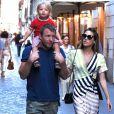Guy Ritchie en compagnie de sa fiancée Jaqui Ainsley et de leur fils Raphael à Rome, le 3 octobre 2013.