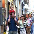 Guy Ritchie en compagnie de sa fiancée Jaqui Ainsley et de leur fils Raphael à Rome, en Italie le 3 octobre 2013.