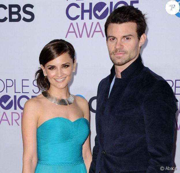 Rachael Leigh Cook (Perception) et son mari Daniel Gillies (Vampire Diaries, The Originals) le 9 janvier 2013 aux Annual People's Choice Awards à Los Angeles. Le couple a accueilli le 28 septembre 2013 son premier enfant.