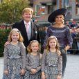Le roi Willem-Alexander des Pays-Bas, la reine Maxima, et leurs filles Catharina-Amalia, Alexia et Ariane au mariage du prince Jaime de Bourbon-Parme et Viktoria Cservenyak, le 5 octobre 2013 en l'église Notre-Dame de l'Assomption à Apeldoorn (centre des Pays-Bas).
