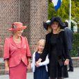 La princesse Beatrix et la princesse Mabel avec la comtesse Luana (Zaria était demoiselle d'honneur) arrivent au mariage du prince Jaime de Bourbon-Parme et Viktoria Cservenyak, le 5 octobre 2013 en l'église Notre-Dame de l'Assomption à Apeldoorn (centre des Pays-Bas).