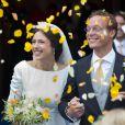 Sortie de l'église sous des pétales de rose jaunes ! Image du mariage du prince Jaime de Bourbon-Parme et Viktoria Cservenyak, le 5 octobre 2013 en l'église Notre-Dame de l'Assomption à Apeldoorn (centre des Pays-Bas).