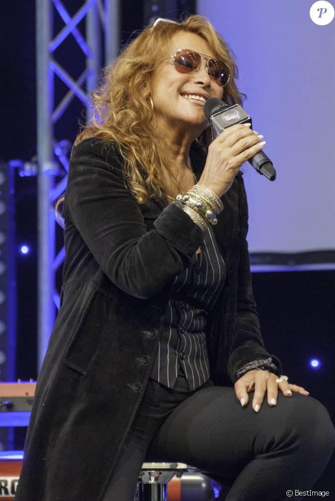 Julie pietri lors du salon gaylife 2013 paris le 6 for Salon du divorce