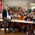 Maud Fontenoy pose fièrement au milieu des élèves lors du lancement des programmes pédagogiques scolaires 2013-2014 de la fondation Maud Fontenoy au Collège Jules Ferry de Paris, le 8 octobre 2013