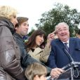 Thomas Dutronc et Nolwenn Leroy (parrain et marraine), Daniel Vaillant (maire du 18e arrondissement de Paris) lors de la Fête des Vendanges de Montmartre 2013 (80e anniversaire) à Paris, le 12 octobre 2013.