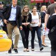 La princesse Madeleine de Suède, enceinte, et et sa soeur la princesse Victoria sur la 5e Avenue à New York, le 6 octobre 2013