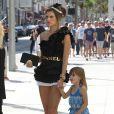 Alessandra Ambrosio sur un shooting à Beverly Hills, le 2 octobre 2013 accompagnée de sa fille Anja