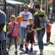 Mark Wahlberg à Los Angeles avec sa femme Rhea Durham et leurs enfants Ella (10 ans), Michael (7 ans), Brendan (5 ans) et Margaret (3 ans) le 14 octobre 2013.