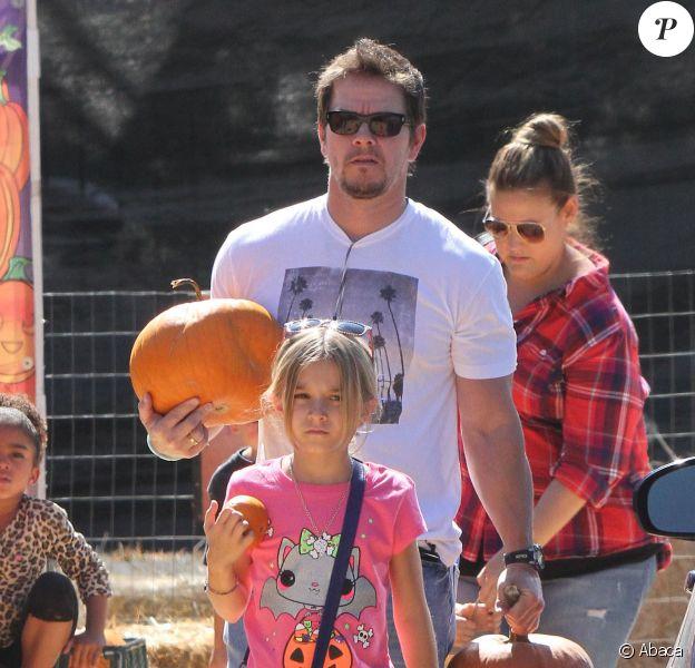 Mark Wahlberg à Los Angeles avec son épouse Rhea Durham et leurs enfants Ella (10 ans), Michael (7 ans), Brendan (5 ans) et Margaret (3 ans) le 14 octobre 2013.
