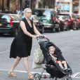 La femme Mike Myers, Kelly Tisdale avec son fils Spike Meyers à Soho, New York le 6 août 2013.