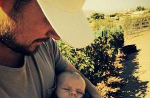 Josh Duhamel : Vendangeur attendri, il câline son fils Axl Jack