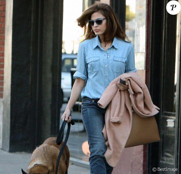 Eva Mendes en mode casual réussi à mêler des pièces mainstream et couture. Un manteau luxueux et un sac griffé suffisent à booster sa totale tenue jean, grande tendance du moment.