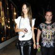 Alessandra Ambrosio ressort le jogging en cuir et ses escarpins Isabel Marant pour une séance de shopping nocturne à Los Angeles. Une tenue soignée qui reste cool et dont on est fans à la rédaction.