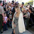 Kim Kardashian, sexy à souhait dans une robe grise portefeuille et perchée sur ses talons Saint Laurent. La jeune maman a fait son come back sous les projecteurs et entend bien le faire savoir : elle une mama hot !