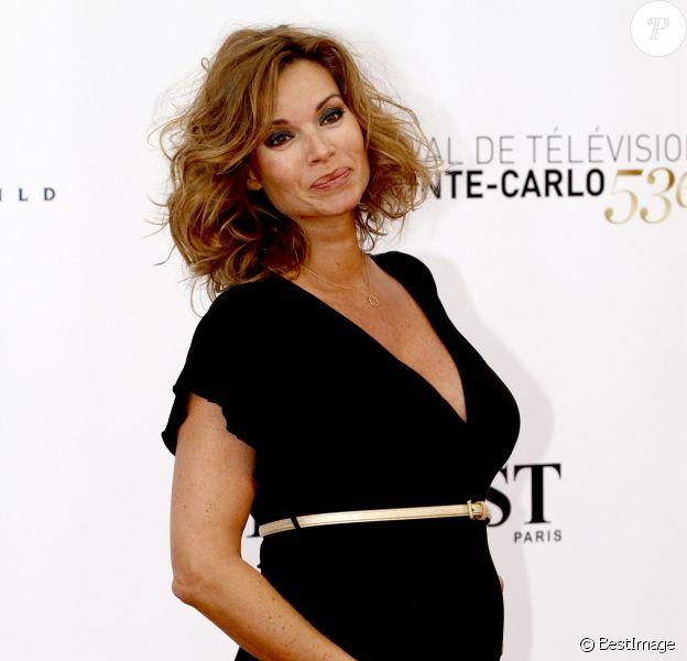 La jolie Ingrid Chauvin, enceinte, au côté de son mari Thierry Peythieu lors de la cérémonie d'ouverture du 53e festival de Monte-Carlo au Forum Grimaldi à Monaco, le 9 juin 2013.