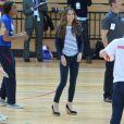La duchesse Catherine de Cambridge lors d'un événement de l'association SportsAid dont elle est la marraine, le 18 octobre 2013 au parc olympique Reine Elizabeth dans l'Est de Londres. Son premier engagement officiel individuel depuis la naissance de son fils le prince George le 22 juillet.
