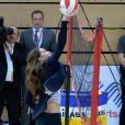 La duchesse Catherine de Cambridge en pleine extension au filet lors d'un événement de l'association SportsAid dont elle est la marraine, le 18 octobre 2013 au parc olympique Reine Elizabeth dans l'Est de Londres. Son premier engagement officiel individuel depuis la naissance de son fils le prince George le 22 juillet.