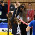 Kate Middleton s'est muée en volleyeuse lors d'un événement de l'association SportsAid dont elle est la marraine, le 18 octobre 2013 au parc olympique Reine Elizabeth dans l'Est de Londres. Le premier engagement officiel individuel de la duchesse de Cambridge depuis la naissance de son fils le prince George le 22 juillet.