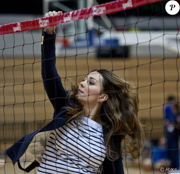 Kate Middleton s'est transformée en volleyeuse lors d'un événement de l'association SportsAid dont elle est la marraine, le 18 octobre 2013 au parc olympique Reine Elizabeth dans l'Est de Londres. Le premier engagement officiel individuel de la duchesse de Cambridge depuis la naissance de son fils le prince George le 22 juillet.