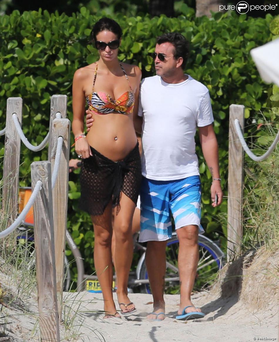 Arnaud Lagardère et sa femme Jade Foret, enceinte de leur deuxième enfant, profitent de la plage alors qu'ils sont en vacances à Miami. Le 28 octobre 2013