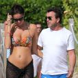 Arnaud Lagardère et sa femme Jade Foret, enceinte de son deuxième enfant, profitent de la plage alors qu'ils sont en vacances à Miami. Le 28 octobre 2013