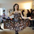 Marie-Ange Casalta essaye sa robe pour le défilé du Salon du Chocolat, à Paris, le 8 octobre 2013. Une robe du chocolatier Jean-Marc Rué pour Monsieur Chocolat et de la styliste: Manon Bresson.