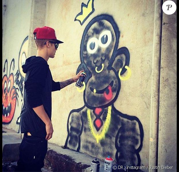 Justin Bieber s'est adonné à son nouvel hobby, le graffiti, lors de son séjour au Brésil.